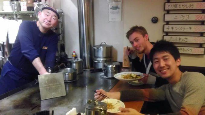 Appetit på både liv og mad i østen. Her er Thomas og Koushuke på lokalt spisested