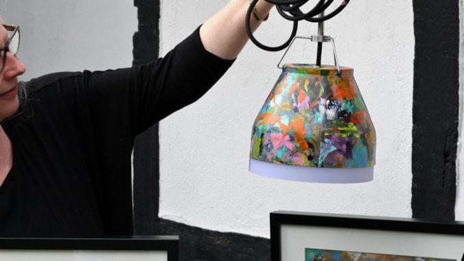 Esko Designerlamper med Merete Helbech Hansen's penselstrøg på skærm og med maleri i passepartout i samme design. Unika design så det batter.