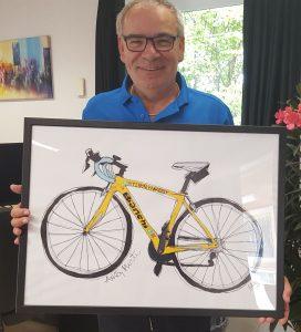 Ole er glad for sin cykel. Ole Pedersen med sin cykel i glas og ramme. Cyklen hænger fint på kontoret i Ørslev